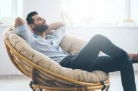 Homme fauteuil détendu confort relax